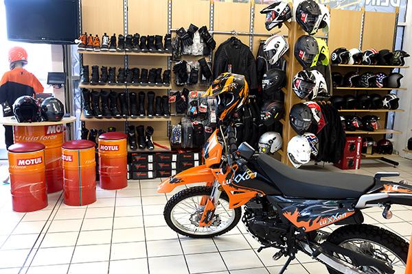 Helme und Stiefel im Ladengeschäft