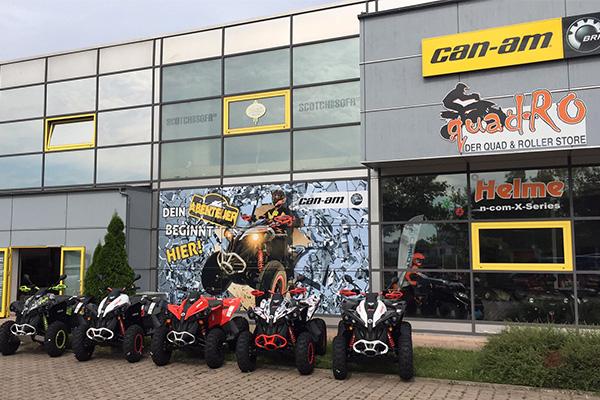 Unser Laden von außen mit CanAm Logo Werbetafel